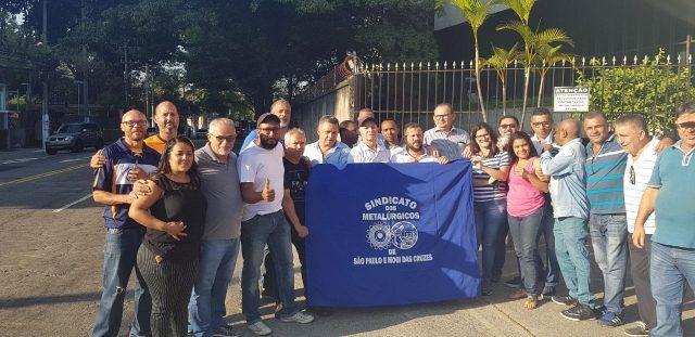 56a7152f6 Os trabalhadores da empresa de embalagens metálicas Prada, na zona sul de  São Paulo, continuam em greve, diante da falta de negociação com a empresa,  ...